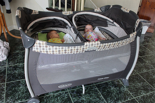 graco pack 39 n play play yard with twins bassinet vance monmartt. Black Bedroom Furniture Sets. Home Design Ideas